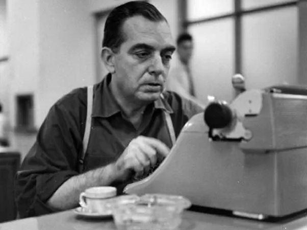 Nelson Rodrigues usando uma máquina de escrever (Zona Curva)