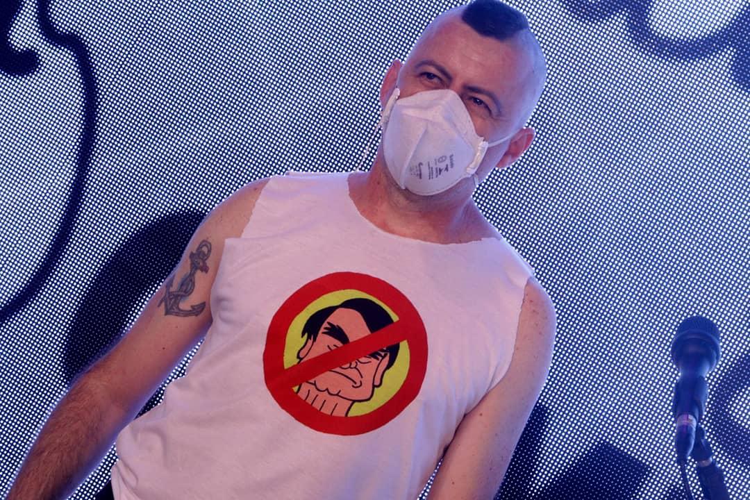 Leandro Franco aposta em rock e charges para resistir contra o governo