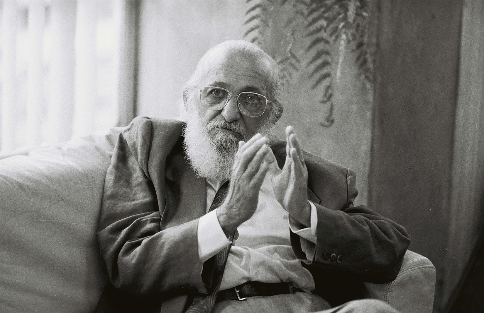 Paulo Freire é entrevistado em seu gabinete na Secretaria Municipal de Educação pelo sociólogo francês Yvon Minvielle, para veiculação em TV francesa.1990.